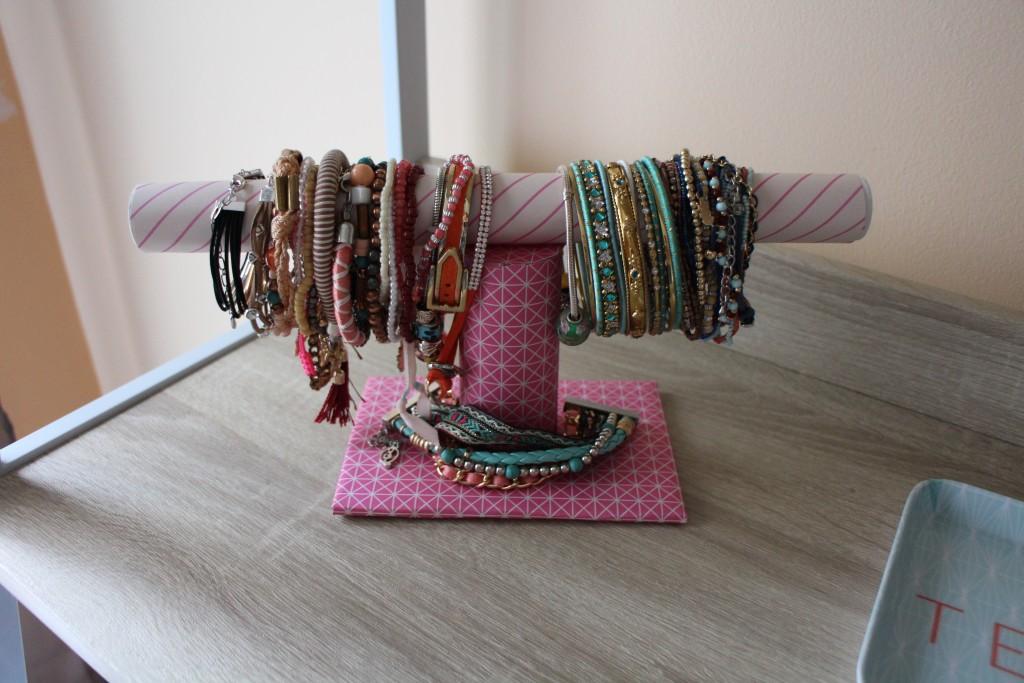 diy comment fabriquer un porte bracelet les plaisirs d 39 audrey. Black Bedroom Furniture Sets. Home Design Ideas