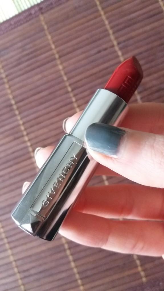 Le rouge à lèvres de Givenchy en teinte 307 grenat initié