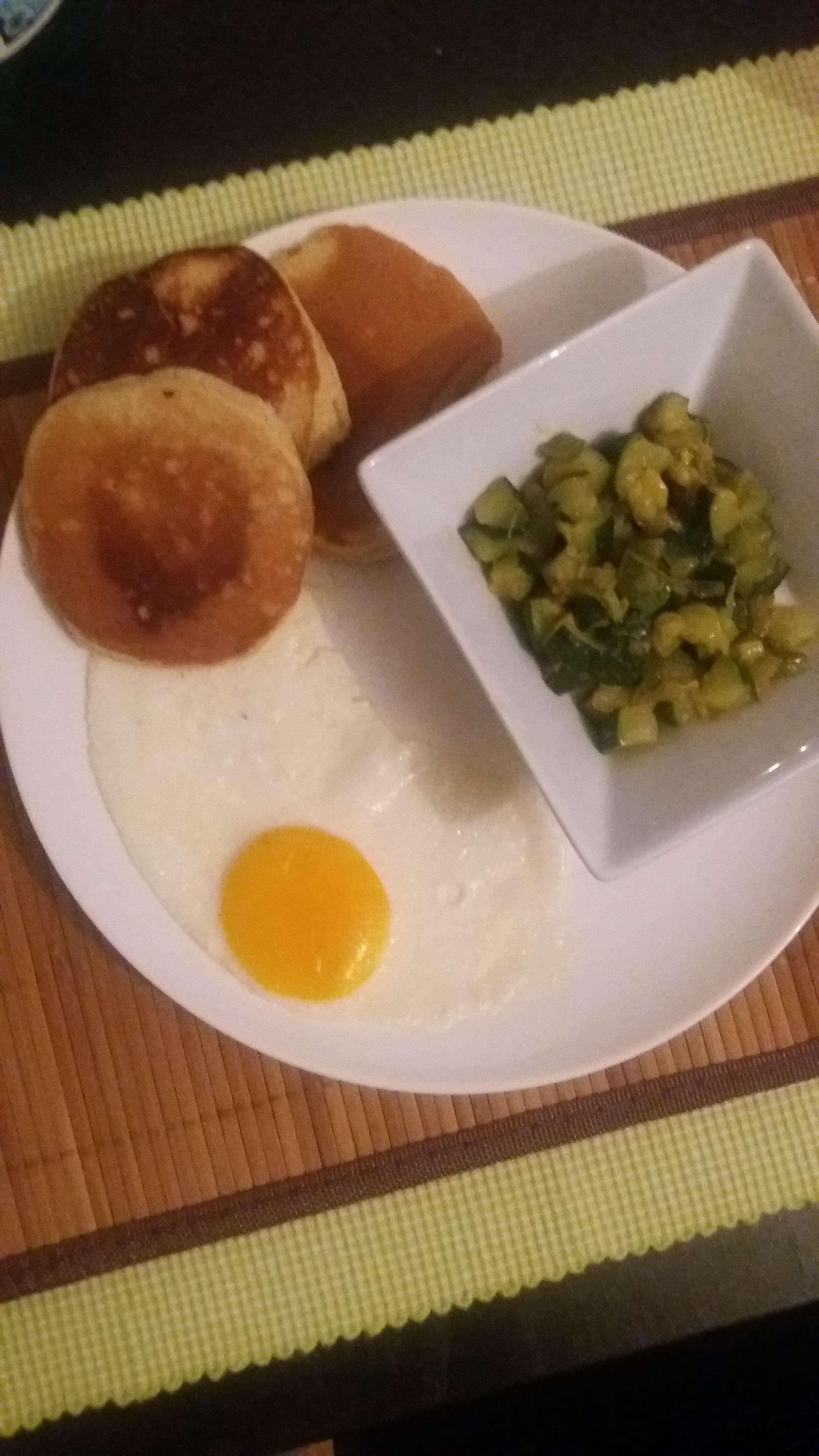 Pancakes avec des courgettes et un oeuf